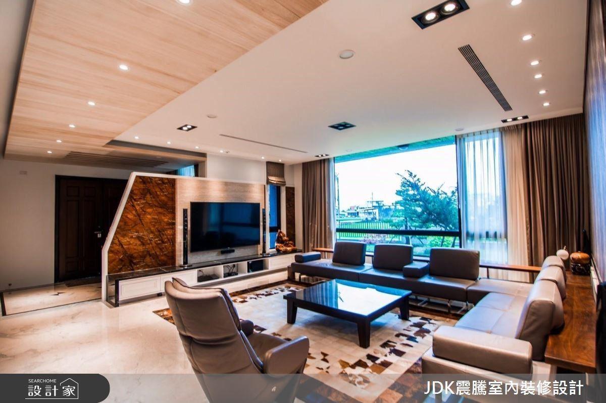 自地自建的雙代豪宅,利用梧桐木皮連結戶外的田園風光,讓退休生活兼顧自然與氣派。