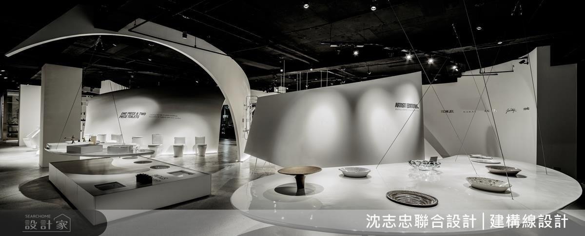 以弧線牆面象徵翻書概念,讓民眾進門後有如閱讀文本般,了解品牌歷史,感受裝置藝術般的產品陳列。