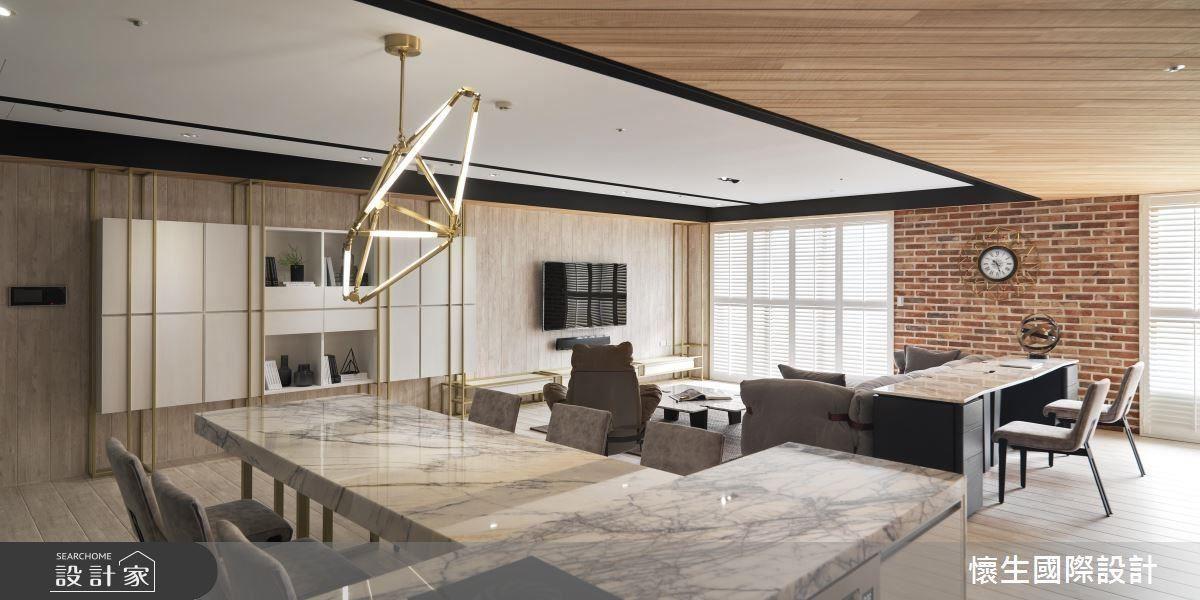 餐桌和中島選用具有放射狀紋路的紐約紐約材質,與不規則造型燈飾相互呼應,營造華麗視覺感。