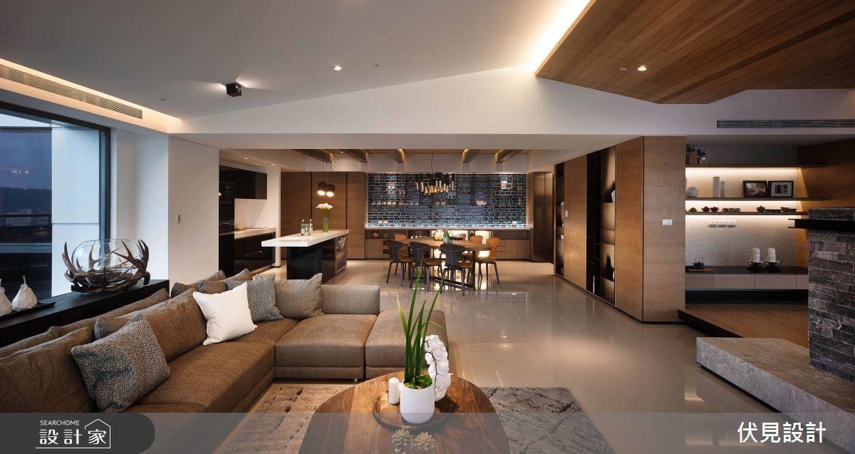 客廳天花利用原木將樑柱包覆起來,修飾大樑之餘進而打造斜面天花,順水推舟成為室內屋頂,展現家中的度假氣息。