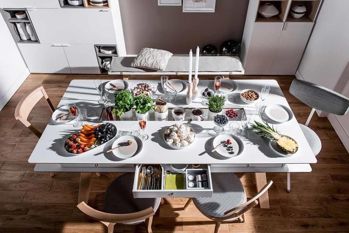 4 YOU 系列大餐桌身兼工作桌機能,桌款四周的圓角設計貼心安全,雙層桌面之間擁有6組活動抽屜,可將餐具小物、紙巾放置其中,是款家人好友聚餐時的超級好夥伴。