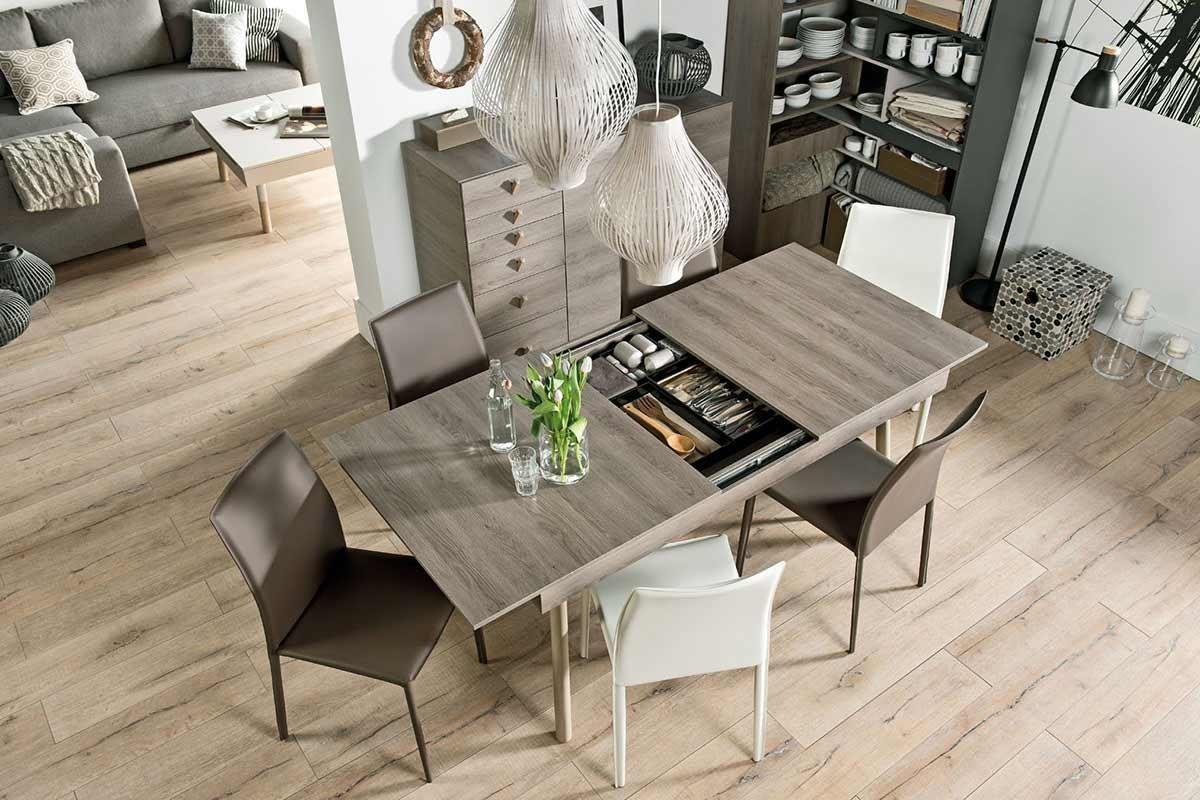 LORI 系列延展餐桌有三種桌長可隨需求調整,延展桌板平時就收納於桌面下方,灰橡木色與實木圓管桌腳的設計搭配,散發淡雅溫馨的氣息。