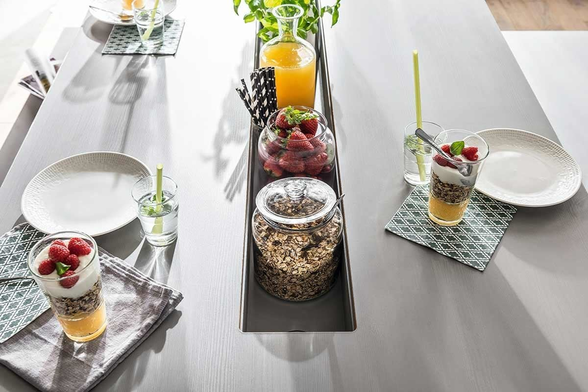 除了中央長型置物槽設計,4 YOU 這幾款多功能桌也備有隱藏式出線孔,方便隨時加熱餐點或煮水泡茶、泡咖啡,若喜歡桌面平整,也有專用飾蓋板可以闔上。