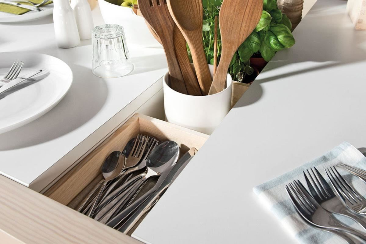 SPOT 系列延展餐桌,嵌合式的桌板下擁有貼心的分區收納巧思,餐具、調味瓶或是綠色植物都讓用餐氣氛更愜意。