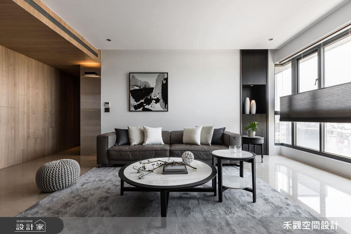 日光隨著落地窗引入客廳,映照出簡約、分明的兩側空間。