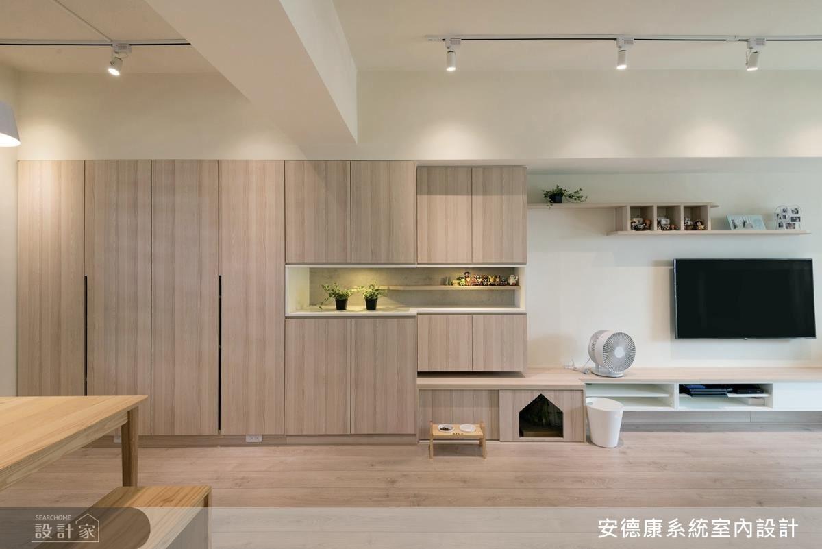 採光佳、通透感十足的明亮空間,以整體大面積木紋壁櫃,符合木地板的整體性,加上鏤空腰帶展示檯面,兼具造型和實用收納的多元機能。