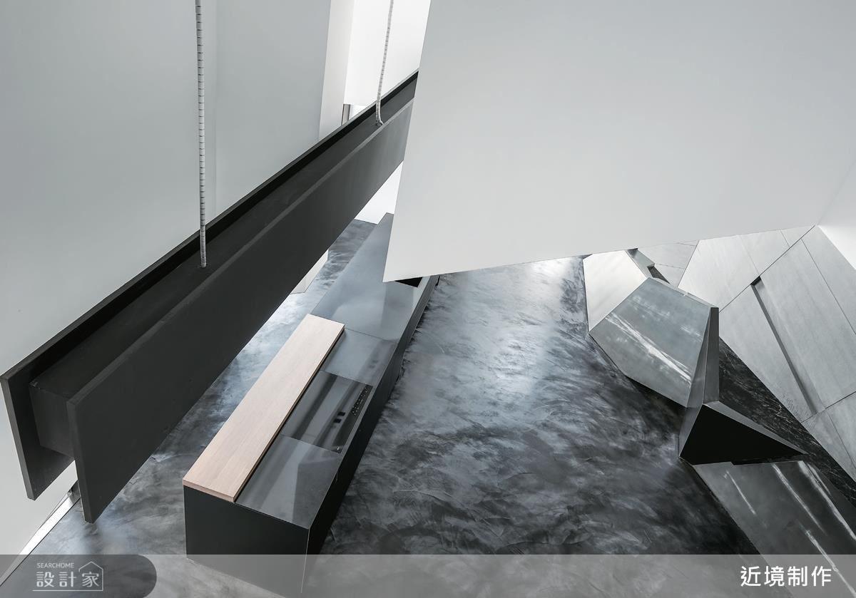 順應梯型基地條件,以室內建築手法,打造如鑿山挖壁的展示區,讓空間渾然天成。