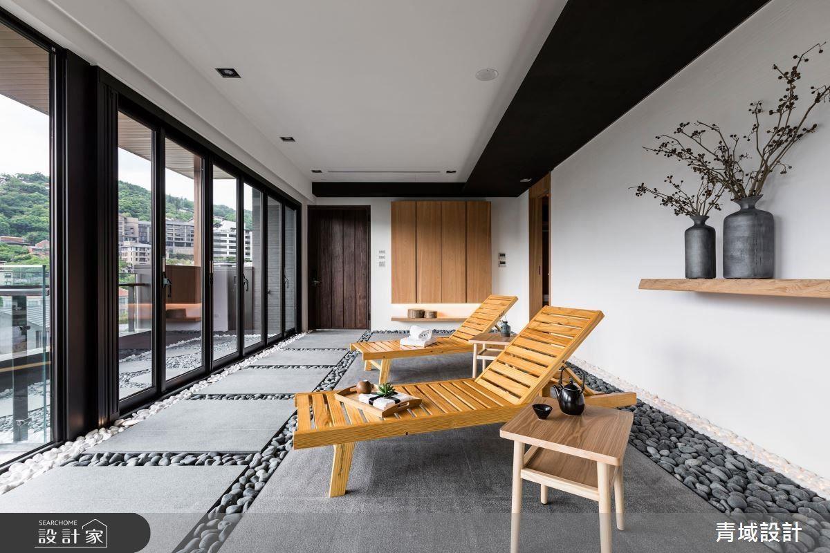 室內引入檜木、原石、枯木等自然要素,置入簡單的躺椅、實木層板等點綴,徹底詮釋日式禪氛圍。