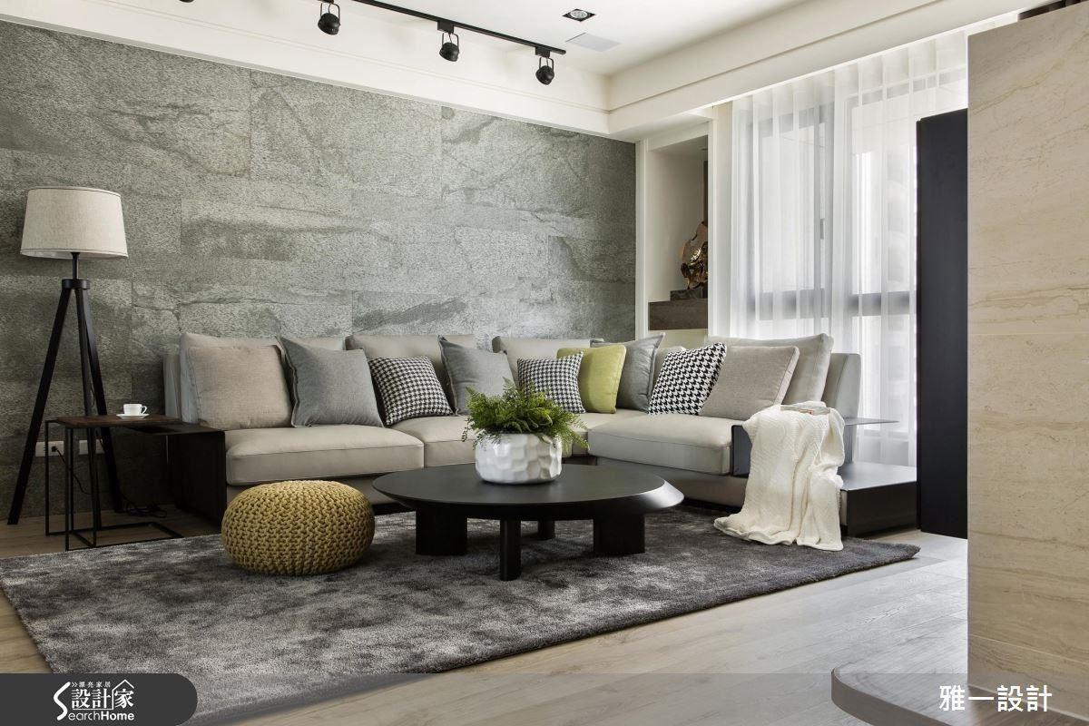 以閃爍閃亮金粉的薄石板作為沙發背牆,營造出石材的穩重質感,又不失光澤度和溫暖度。