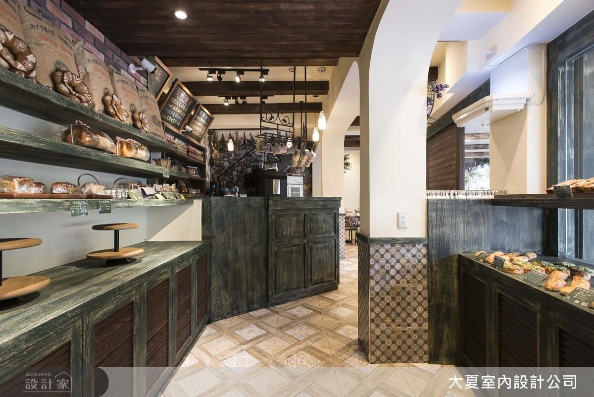 麵包區的天花板運用木材呈現,牆面貼上部分紅磚,散發溫馨的感覺。