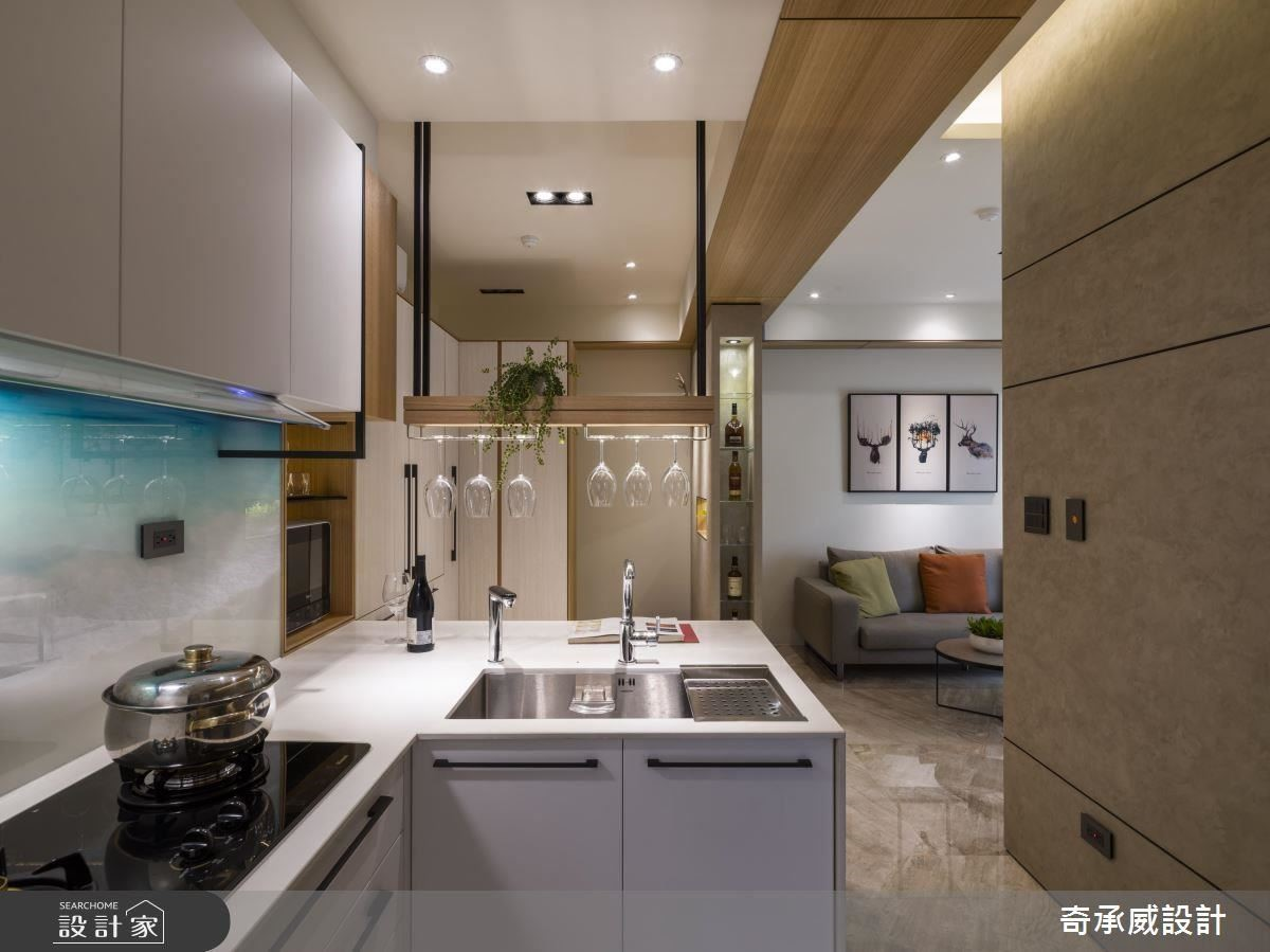 特別在料理台牆面加入彩印玻璃,印出藍色海灘的意象,讓沒有窗戶的廚房、也能納入浪漫的海景畫面。