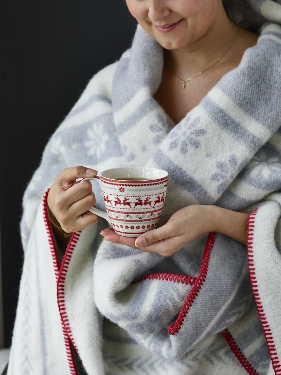 披上披毯,將一杯熱紅酒端在掌心,溫暖才下眉頭,感動卻上心頭。(圖片提供_Green Gate)
