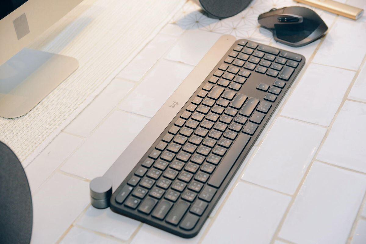 按鍵加入特殊的背光設計,可自動偵測手部動作及環境光源,進而調節背光的亮度。