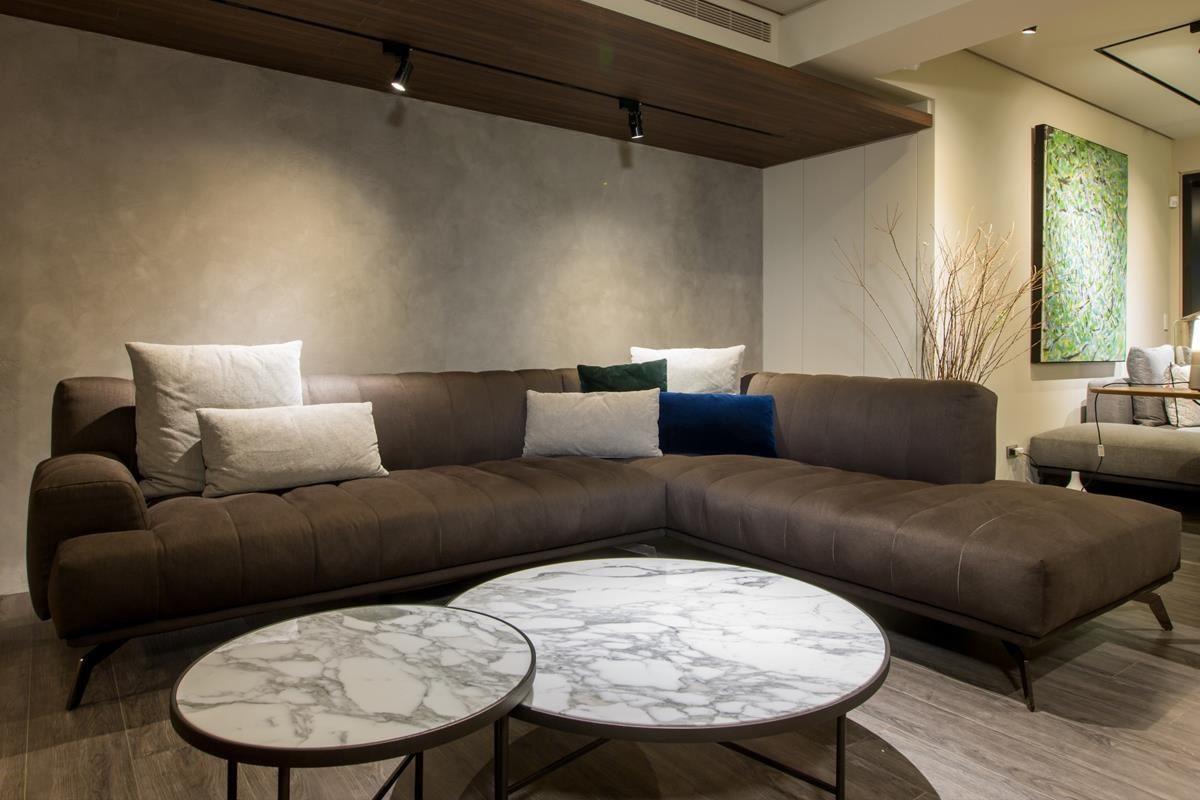 Papadatos 極注重簡約優雅美學,沙發為 2017 推出的新款沙發 CHLOE,桌子則為 SYMI 咖啡桌。