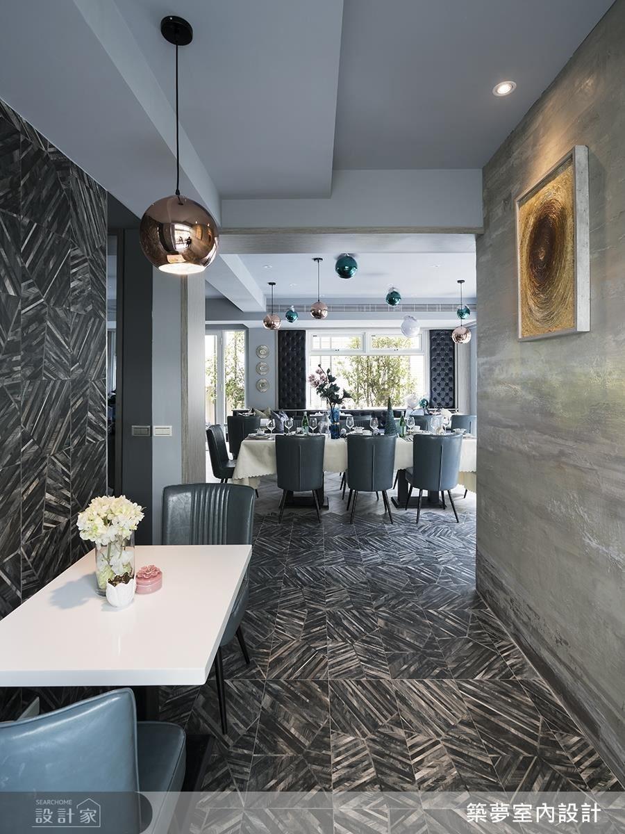 廊道中以畢卡索地磚延續至壁面,延展空間視覺。