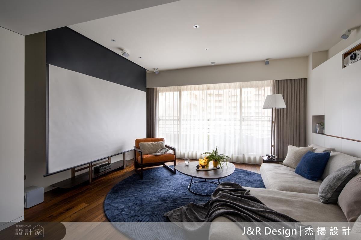 設計師一家人相處時間著重在餐廳,於是打破傳統電視牆,客廳採活動投影螢幕,打造家庭劇院氛圍。