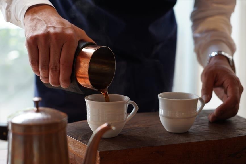 開化堂八木隆裕先生做出無需尖嘴就能準確傾出咖啡的咖啡下壺。
