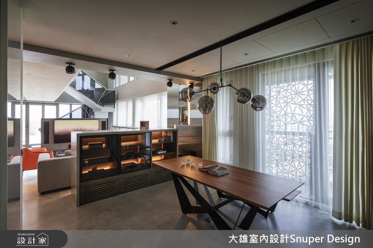 以結合餐櫃的沙發矮背牆作為客餐廳場域界定,開放式設計增進家人間的交流互動。