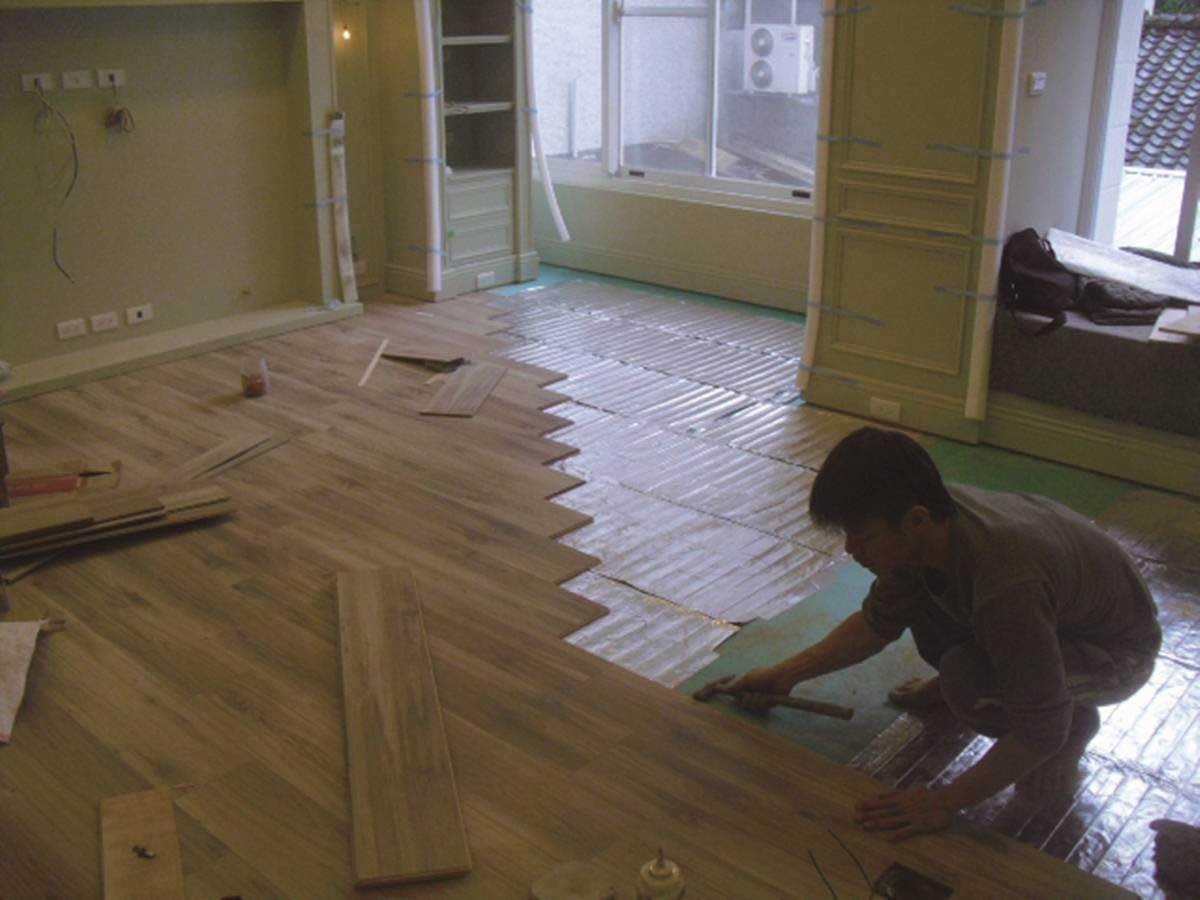電熱膜可直接鋪上木地板,施工較為快速簡單。圖片提供_尚展空間設計