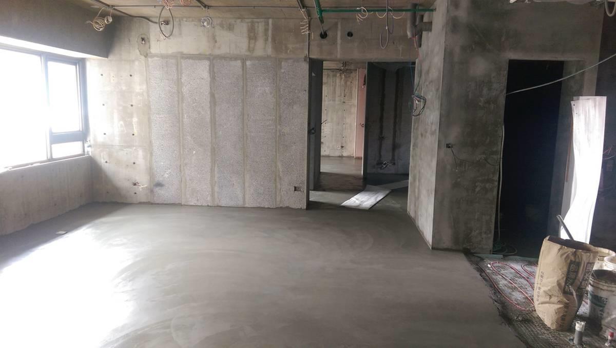 鋪完水泥,可鋪上薄薄的水泥保護管線,再鋪地板或磁磚。圖片提供_品楨空間設計
