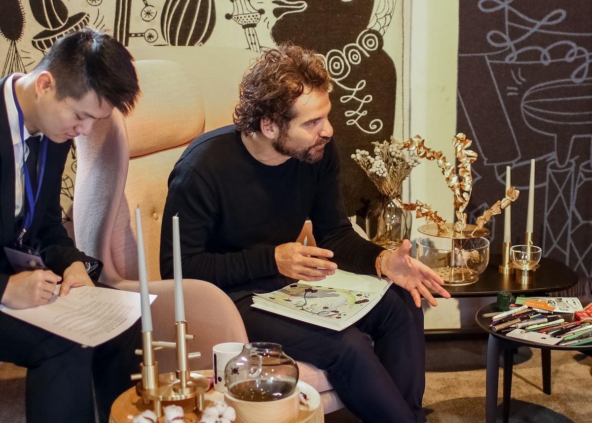 Jaime Hayon 在受訪的同時,也進行創作。他認為靈感和畫畫對他來說,就和呼吸一樣的自然,是很合情合理的事情。