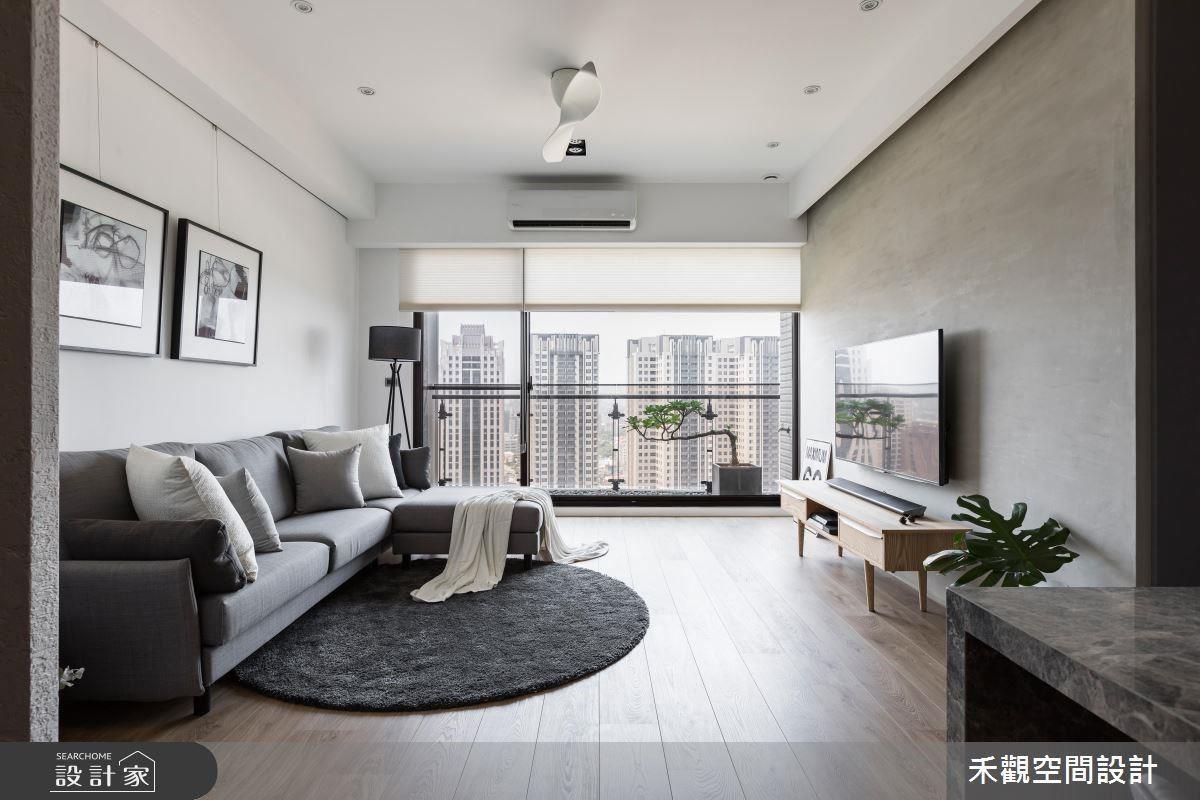 以水泥粉光鋪陳電視牆,搭配鐵件與木質元素,於大面落地窗援引自然採光映照下,揉合光線、材質與空間的配搭,勾勒出空間質樸的韻味。