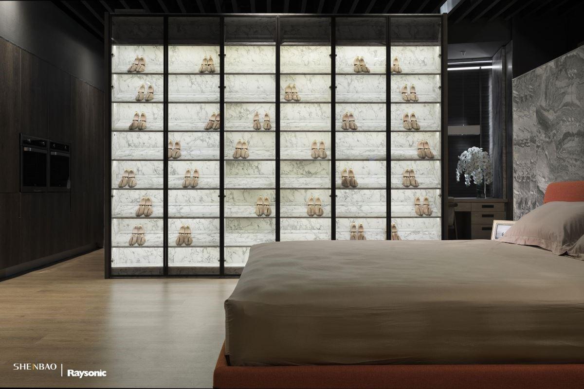 展示櫃體搭配嵌燈照明,營造出精品級的鞋櫃質感。
