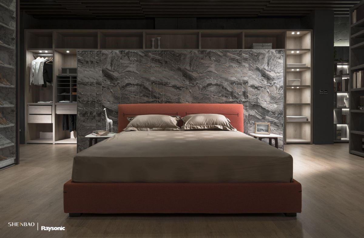 粗獷感的大理石床頭牆,同時也是界定後方更衣室的隔間牆。