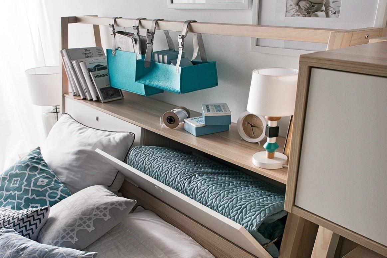 SPOT 系列床組的後床頭櫃中,開啟方式以安全五金配件搭配軟質把手、下掀門,讓臥室充滿貼心設計。