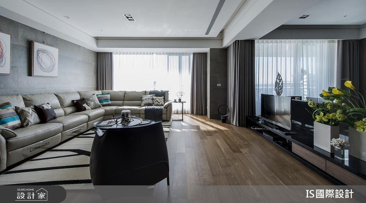 打破完整電視牆印象,保留大面落地窗,將沙發貼牆一覽窗外景色及家中視野,同時運用石英磚牆刻劃義式極簡風格,讓半身高的電視牆作為客廳與書房的場域劃分。