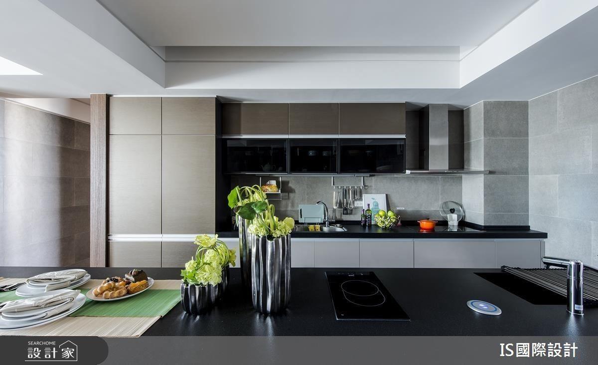 把握大空間優勢,長型大中島畫龍點睛,將空間尺度再次拉大,同時兼當餐桌,並且滿足屋主平時的生活需求,充足的收納機能,使餐廚區用途更加多元。