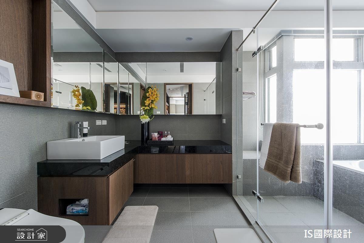 透過主臥室到浴室的動線更改,造就一進又一進的方式,讓生活律動更為流暢,同時打造出飯店式風格的舒適生活感。
