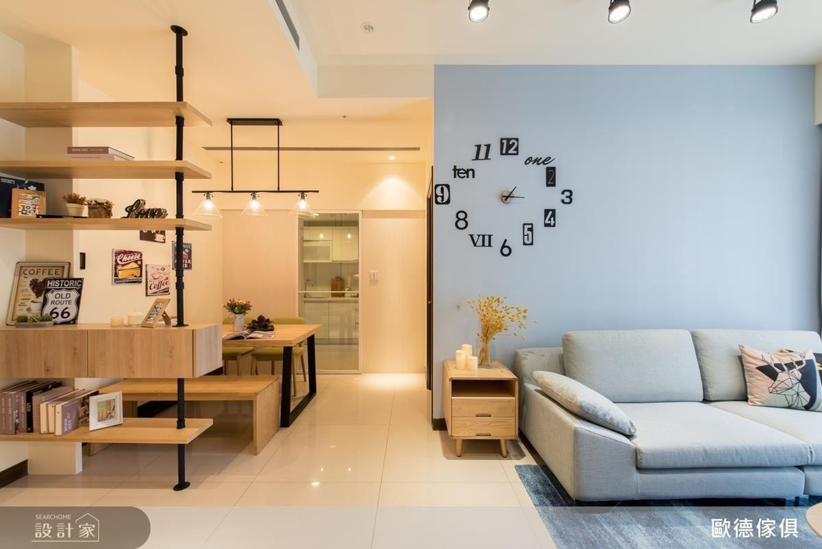 沙發背牆以紓壓淺藍做跳色,搭配溫暖軌道燈帶活絡室內氛圍,營造輕工業北歐風的溫馨簡約。