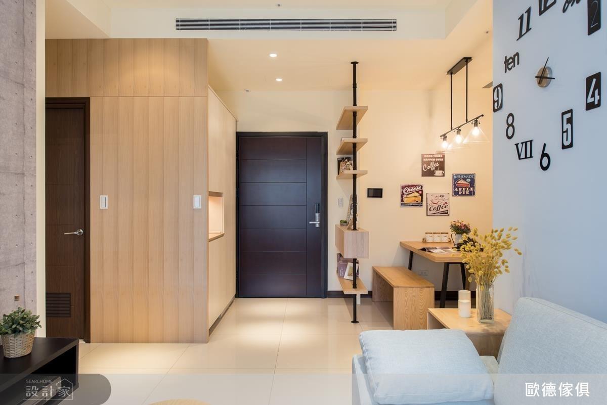 玄關以淺色木紋板材作鏤空櫃體設計,滿足收納機能,解決空間不足的問題。