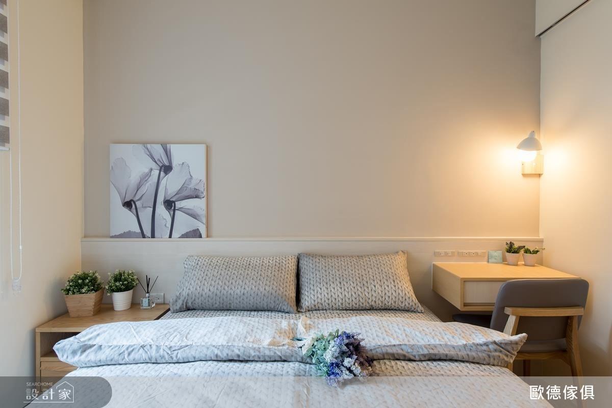 主臥室以淡褐色散發出輕柔安穩的睡眠氛圍,木作床頭櫃則搭配懸空系統抽屜,使小空間更加輕盈。