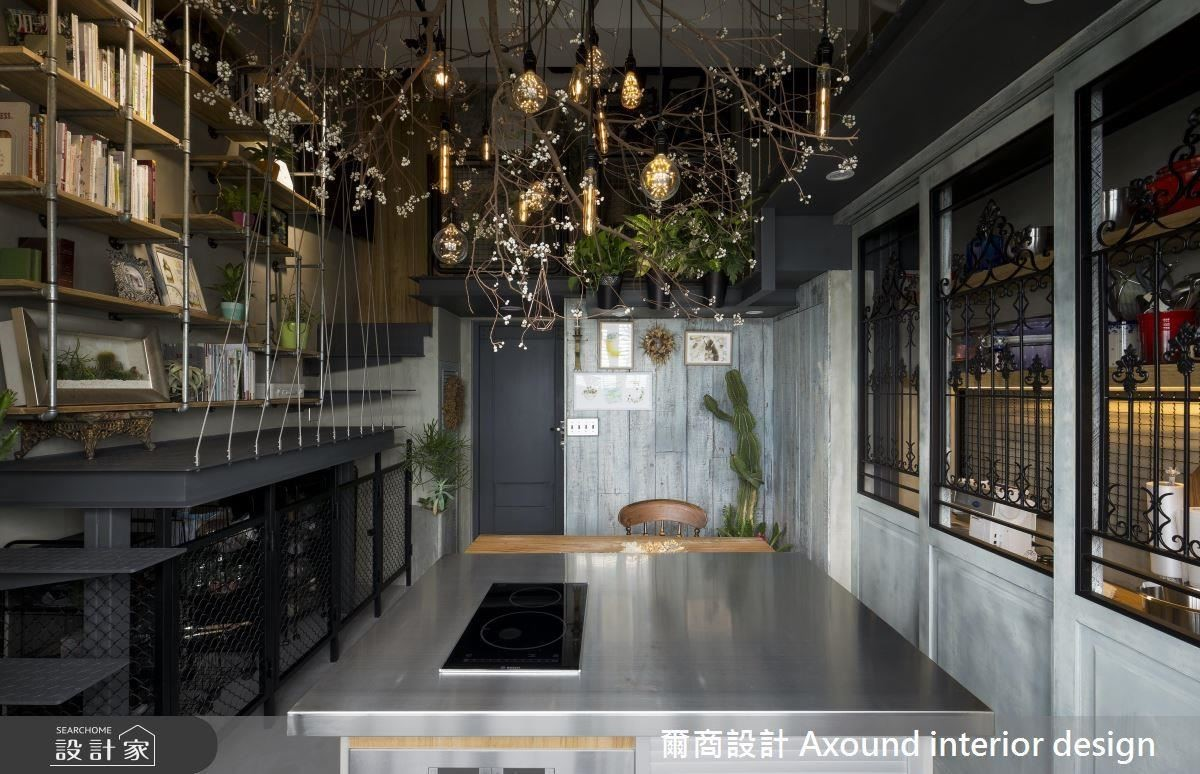 中島選用不鏽鋼做為屋主烘焙的工作檯,實用並具功能性,同時帶有工業風質感。