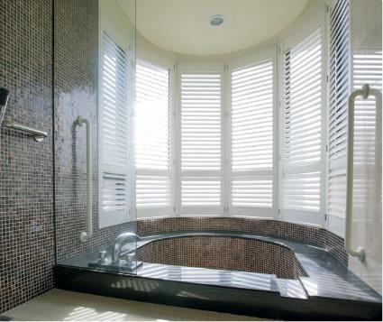 客製化量身訂製,圓弧造型浴室窗戶大變身,經由 NORMAN Shutters 修飾過後,變身為舒適且放鬆的沐浴空間。