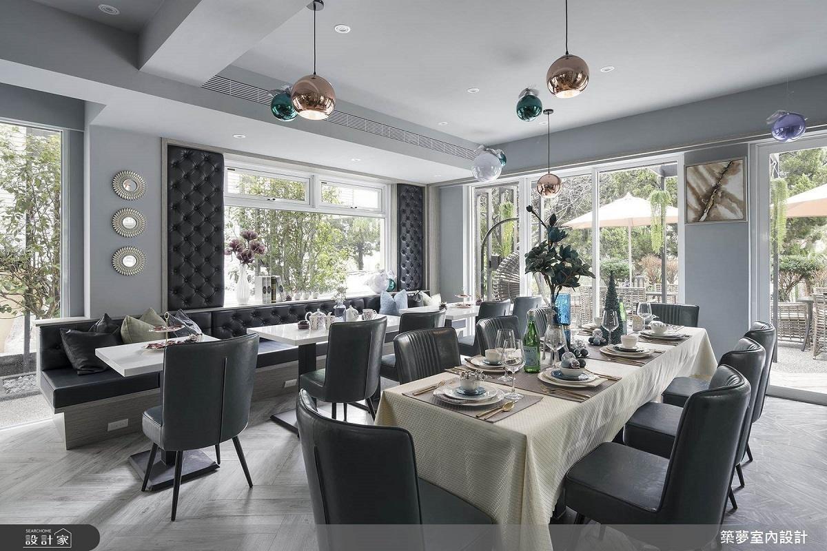 超大面積採光的餐廳內,擺上釘扣沙發、高背單椅再鋪上桌巾,搭配五顏六色的燈飾,簡直就像人氣咖啡廳!>> 點此看完整圖庫