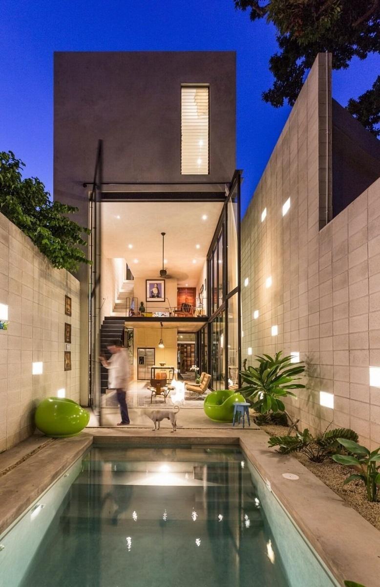 位在墨西哥的挑高雙層玻璃屋有一大面採光,竟然是由兩面和房子一樣高的玻璃門片組成的,無論開闔都能納進充沛陽光。>> 點此看完整圖庫