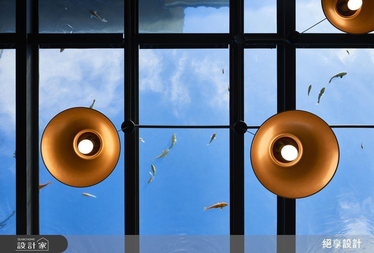 設計師別出心裁,在玻璃屋餐廳的頂部加入水族造景,讓藍天彷彿化身大海,而人們身處在水面下。>> 點此看完整圖庫