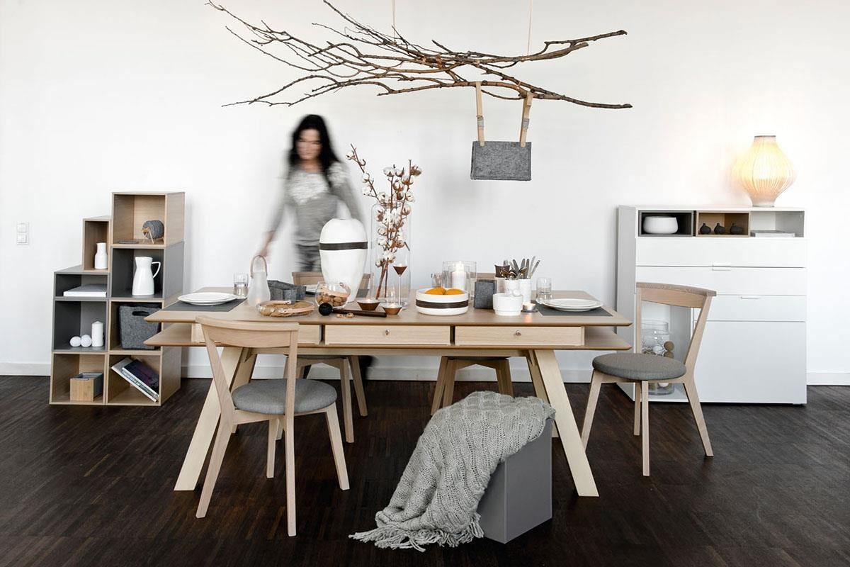 YOU 系列大餐桌在桌面四周採安全的圓角設計,雙層桌面之間擁有6組活動抽屜,可將餐具小物、紙巾放置其中,是款家人好友聚餐時的超級好夥伴。