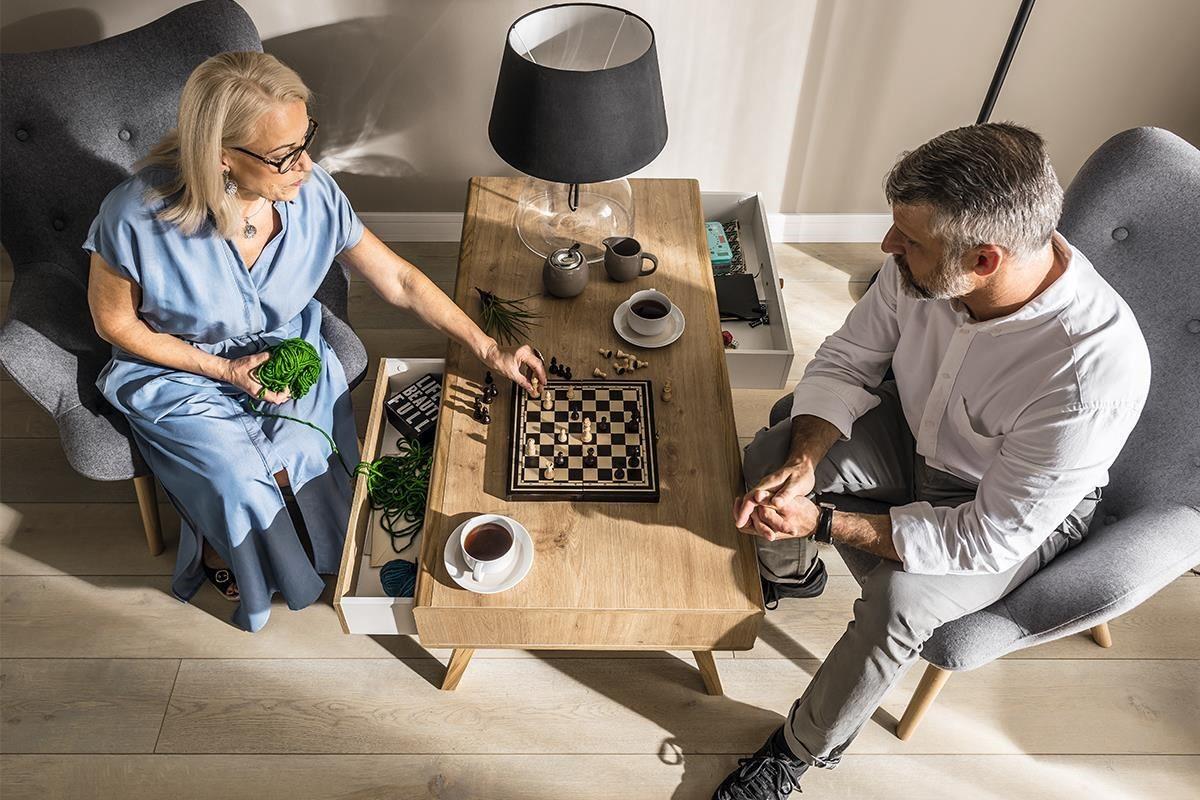NATURE 系列咖啡桌附2個異色活動抽屜,雙向皆可拉動,強化休憩桌款的活用性與趣味感。