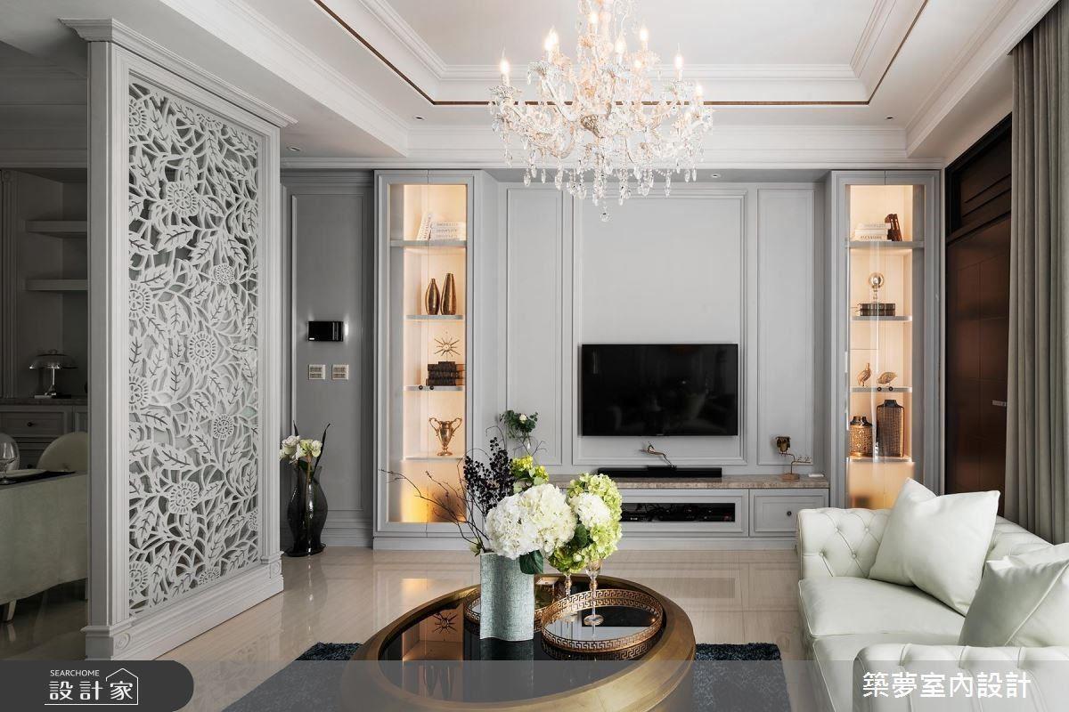 客廳電視牆以線板造型、兩旁展示櫃及雕刻花草屏風,堆疊出簡約中的豐富立體感。