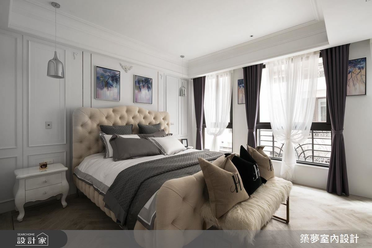 主臥室以藕色烤漆配上雙開門設計窗,營造明亮純淨睡眠空間,也襯出金屬吊燈及進口釘扣床的奢華質感。