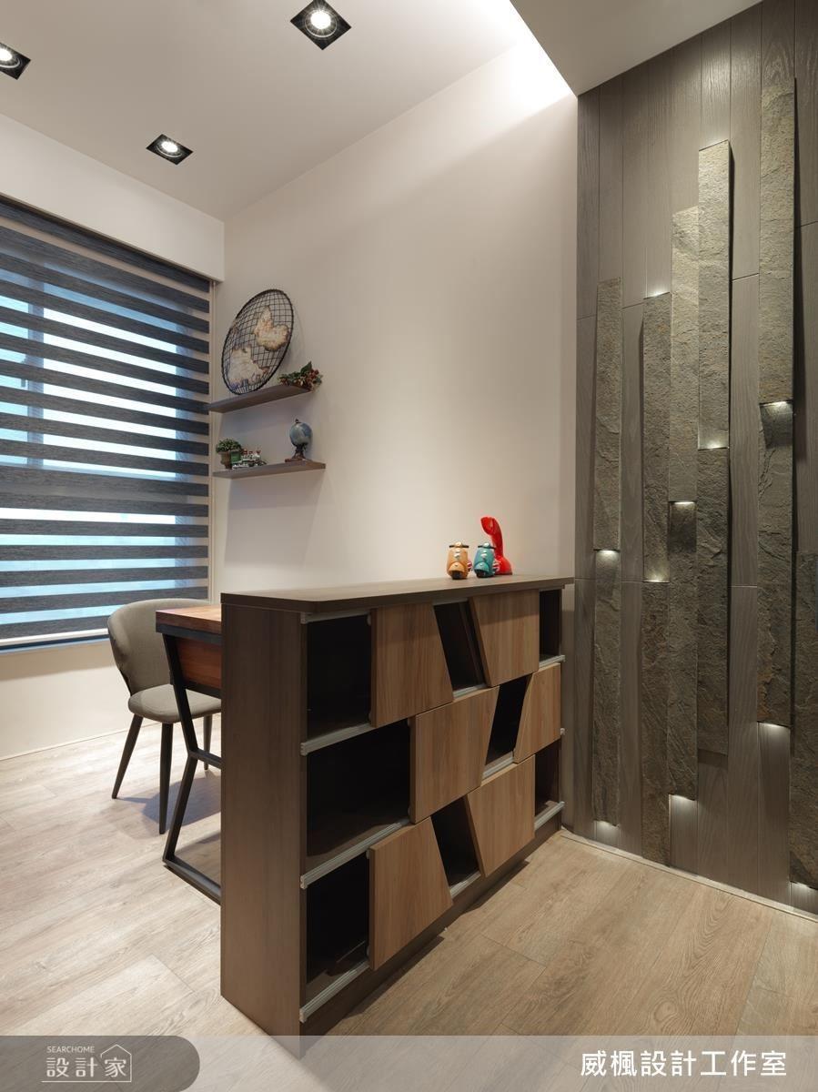 書房牆面使用夢幻薄型石板綴上燈光,一旁有不規則排列的系統櫃,為閱讀時光創造活潑感受。