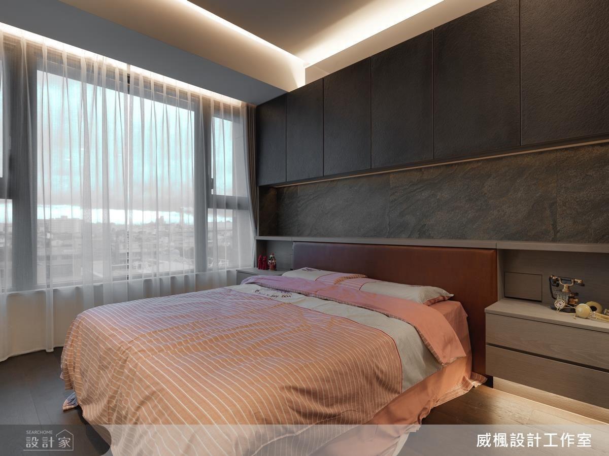 主臥室床頭牆以灰色馬來漆增添空間趣味,並結合上掀式收納櫃,將電話及閱讀燈收納隱身於壁面,淨化視覺感受。