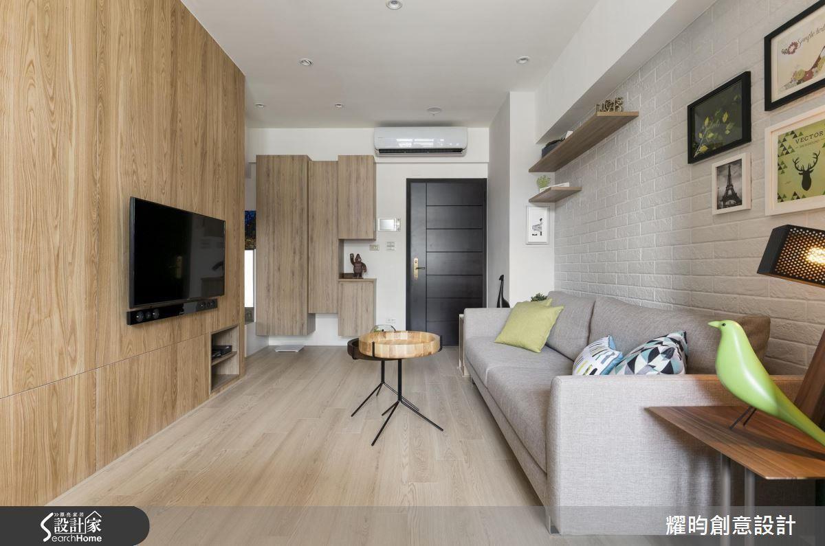 順應長邊鋪設色調輕淺的木地板,更能達到空間加乘、無限延伸的效果。 >> 看完整圖庫