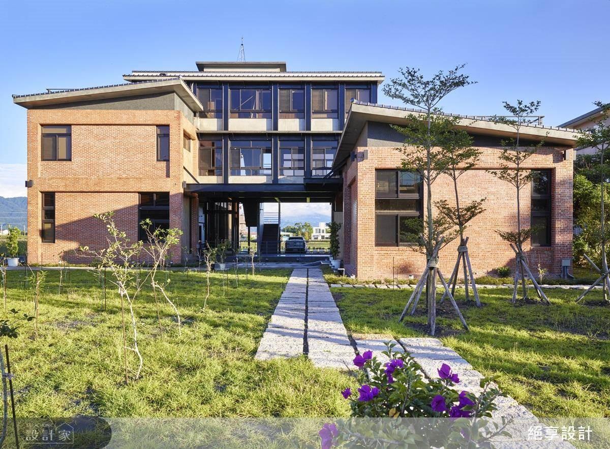 現代三合院結合環保生態,並以通透材質串聯外界綠意,透過手工拼貼的懷舊紅磚,為大夥兒重拾童年團圓記憶。