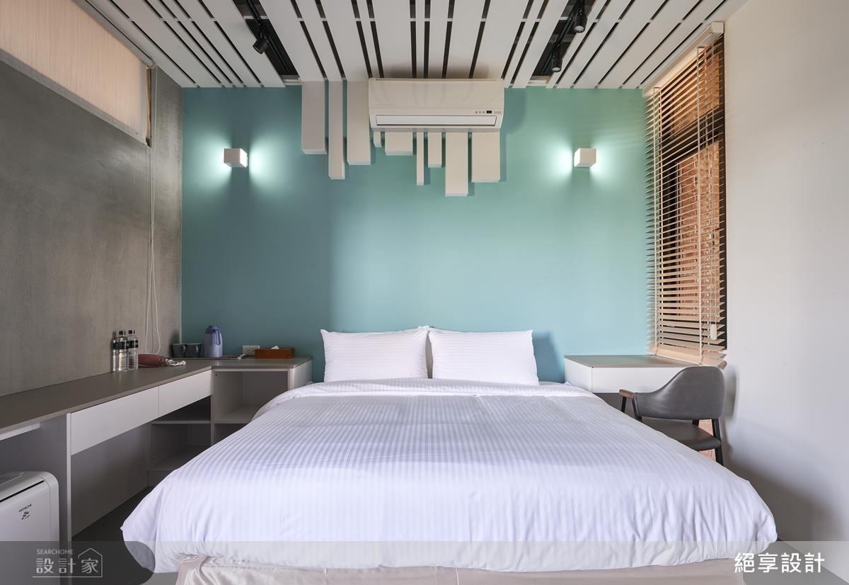 藍天白雲房,以 Tiffany 的藍綠色帶出年輕氛圍,天花則以向下延伸的白木格柵解決壓樑問題,搖身一變成為床頭造型立面。