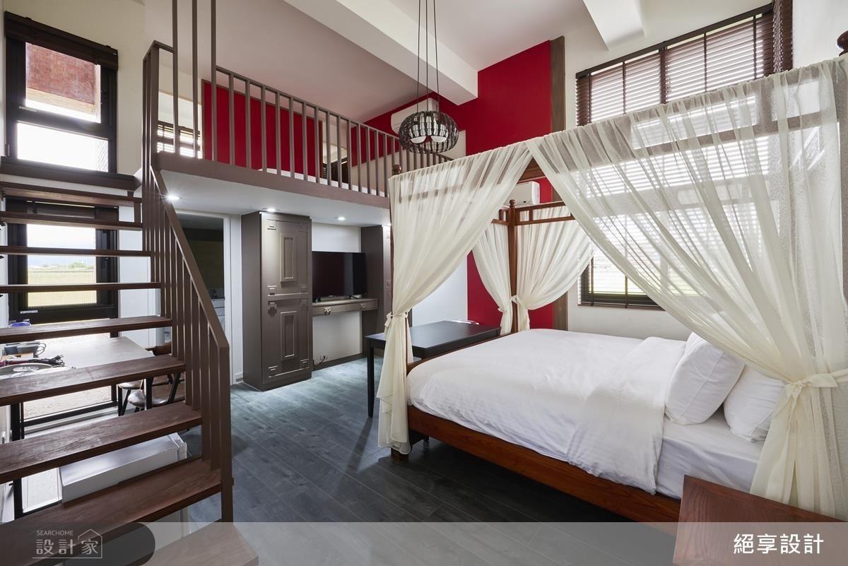 以大膽中國紅及四柱床設計為房間渲染東方底蘊的度假氛圍。搭配一旁窗花雕紋與銅條收編的造型櫃,讓空間別具特色。